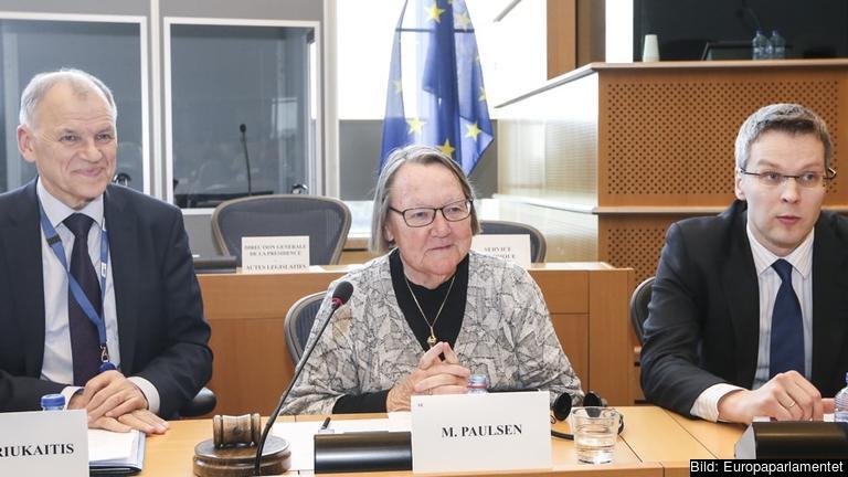 EU:s hälsokommissionär Vytenius Andriukaitis, EU-parlamentets Marit Paulsen och Juris Štalmeisters som representerade medlemsländerna under förhandlingarna.