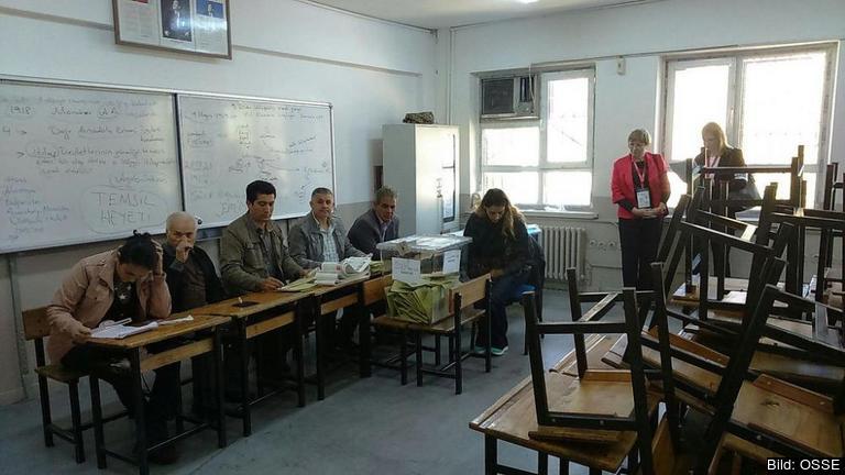 Valobservatörer från OSSE vid en vallokal i İzmir.