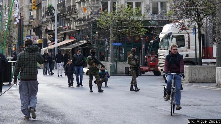 Tungt beväpnad militär och polis patrullerar Bryssels gator.