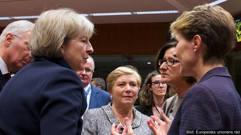 Inrikes och justitieministrar i diskussion under måndagens möte i Bryssel. Arkivbild.