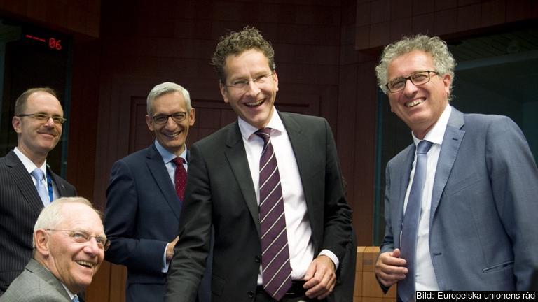 I mitten eurogruppens ordförande Jeroen Dijsselbloem under tisdagens möte.