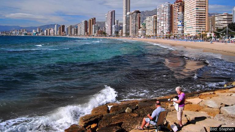 Ett starkt inköpsindex för företagen i Spanien visar på markant stigande ekonomisk aktivitet i landet efter flera svåra krisår. Uppgång i turistnäringen utgör en del av återhämtningen. Arkivbild Benidorm.