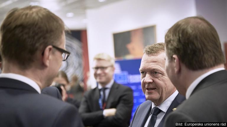 Danmarks statsminister Lars Løkke Rasmussen (mitten) i samtal med Finlands statsminister Juha Sipilä (vänster) och Sveriges statsminister Stefan Löfven (höger).