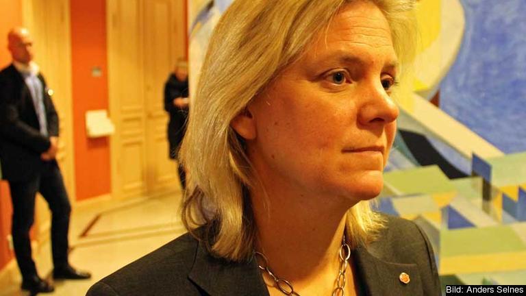 Finansminister Magdalena Andersson (S) utanför riksdagens EU-nämnd med beskedet att Sverige ännu en gång vägrar EU-kommissionen ansvarsfrihet för EU:s budget.