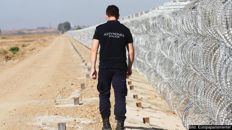 En polisman patrullerar den grekiska gränsen mot Turkiet. Arkivbild.