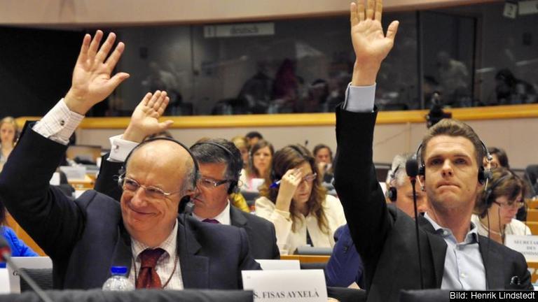 Till höger i bild EU-parlamentariker Christofer Fjellner (M) under torsdagens omröstning i Europaparlamentets handelsutskott.