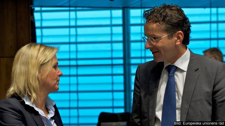 Finansminister Magdalena Andersson (S) i samtal med sin nederländske kollega tillika ordförande i eurogruppen Jeroen Dijsselbloem under tisdagens möte.