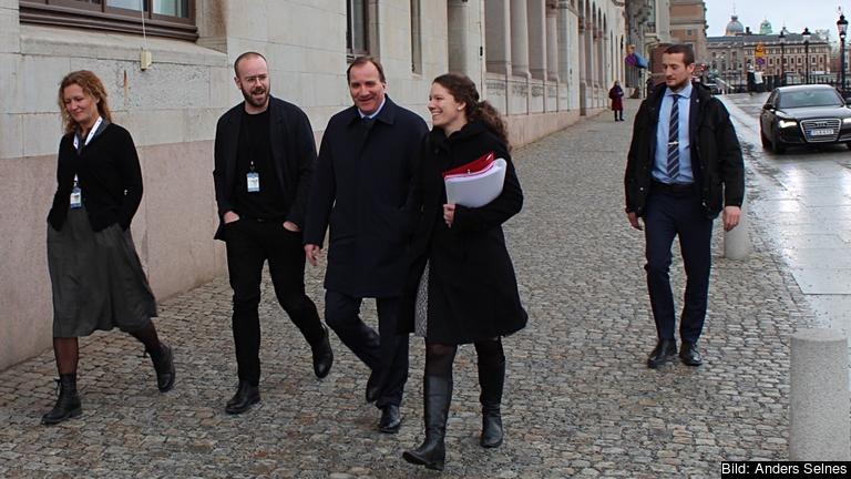 En nöjd statsminister med medarbetare på väg till regeringskansliet från tisdagens riksdagsdebatt om EU:s nya uppgörelse med Turkiet om bland annat flyktingpolitiken.