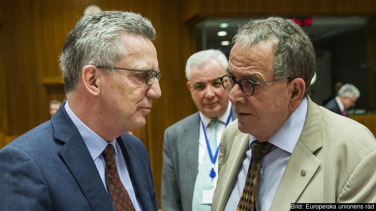 Tysklands inrikesminister Thomas de Maizière och Greklands migrationsminister Ioannis Mouzalas i samtal. Arkivbild.