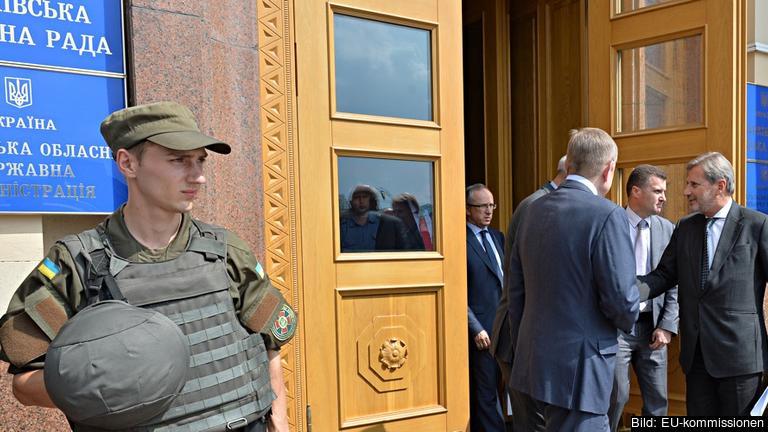 EU:s grannskapskommissionär Johannes Hahn besöker ukrainska Charkiv. Arkivbild.
