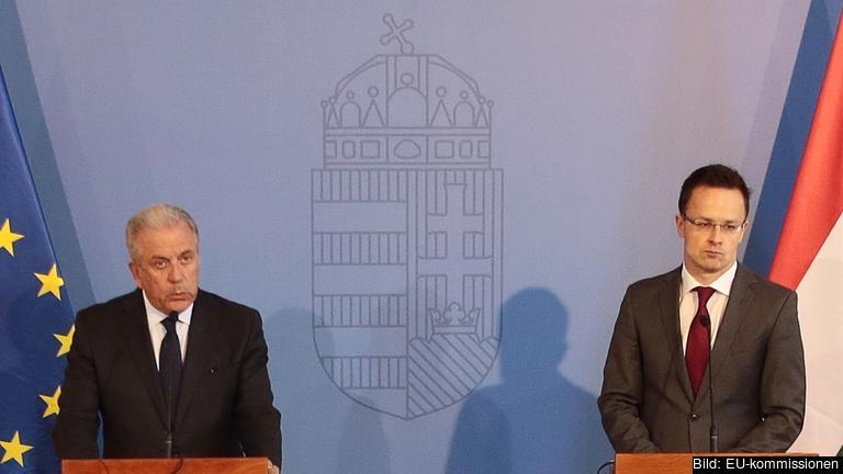 EU:s flyktingskommissionär Dimitris Avramopoulos och Ungerns utrikesminister Péter Szijjártó. Arkivbild.