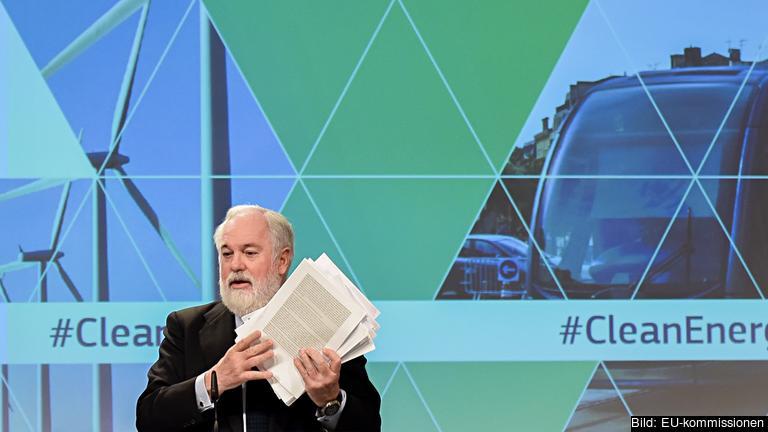 EU:s klimatkommissionär Miguel Arias Cañete håller upp paketet på tusen sidor.