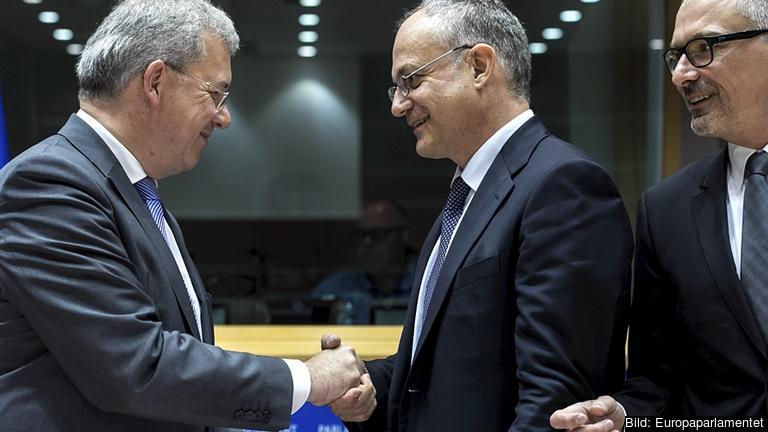 EU-parlamentarikerna Markus Ferber (EPP), Roberto Gualteri (S&D) och Peter Simon (S&D) är alla nyvalda ordförande och vice ordförande i ekonomiutskottet. Tillsammans med Alde-gruppen beslöt de att skjuta upp omröstningen om vem som ska får de två övriga posterna.