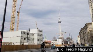 Byggnadskranar kring TV-tornet i gamla Östberlin.