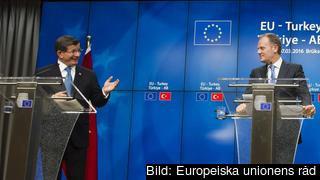 Turkiets premiärminister Ahmet Davutoğlu och Europeiska rådets ordförande Donald Tusk efter måndagen möte.