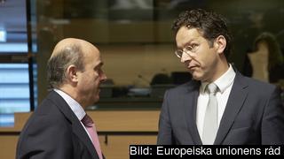 Spaniens finansminister Luis de Guindos och Nederländernas finansminister tillika nuvarande eurogruppsordförande Jeroen Dijsselbloem. Arkivbild.