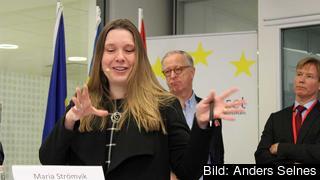 Utredaren Maria Strömvik överlämnade idag betänkandet EU på hemmaplan. I bakgrunden syns Europaparlamentariker Gunnar Hökmark (M) och ämnesrådet Erik Windmar EU-enheten statsrådsberedningen.