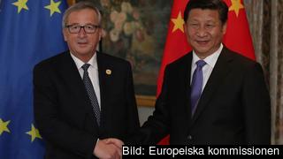 EU-kommissionens ordförande Jean-Claude Juncker skakar hand med Kinas president Xi Jinping. Arkivbild.