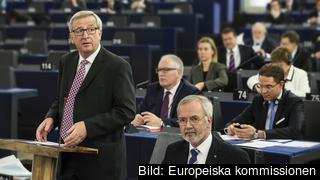 Jean-Claude Juncker till vänster, EIB-chefen Werner Hoyer till höger och tillväxtkommissionär Jyrki Katainen knappandes på mobiltelefon under onsdagens presentation i EU-parlamentet,