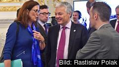 EU:s handelskommissionär i samspråk med Belgiens EU-minister Didier Reynders vid fredagens möte i Bratislava.