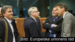 Till vänster Greklands finansminister Euklides Tsakalotos och längst till höger eurogruppens ordförande Jeroen Dijsselbloem. Arkivbild.